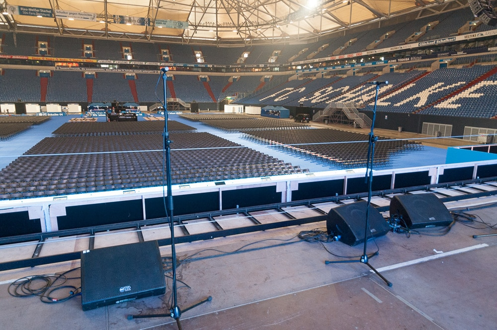Band-Bühne mit RCF TT25-SMA bei offener LED-Wand mit Blick über das Vorstands-Podium