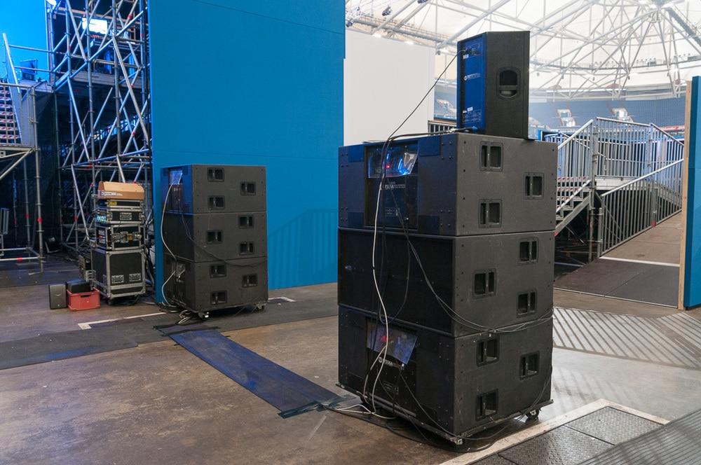 Zwei Cardioid-Stacks aus RCF TTS 56-A auf jeder Bühnenseite
