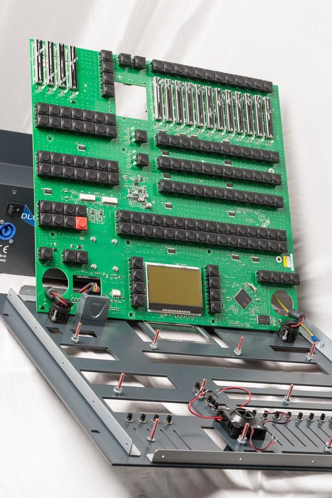 Das Mainboard wird mit 16 Schrauben an der Frontplatte befestigt
