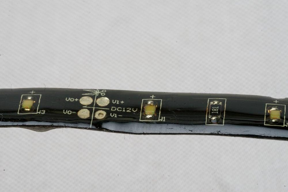 Monochromes Outdoor-LED-Band: Noch nicht sehr alt, jedoch schon stark vergilbte Beschichtung, wodurch die Helligkeit leidet