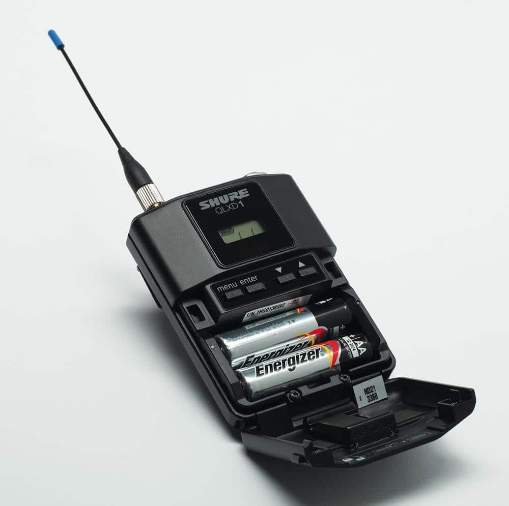 Der QLX-D1 kommt mit dem Akku SB900 auf ca. zehn Stunden Betriebszeit, mit AA-Batterien auf ca. neun Stunden