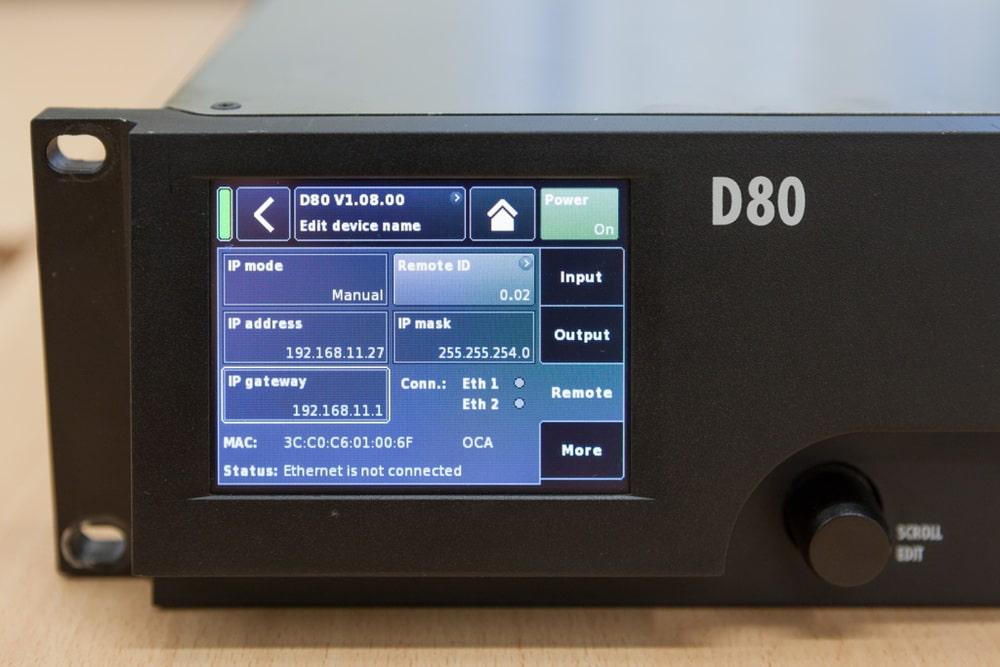 Auf dem Display des Systemverstärkers D80 werden Statusmeldungen auch zum Netzwerk und OCA angezeigt