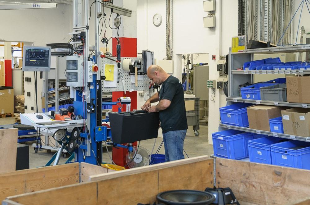 Typische Produktionsstation für d&b-Lautsprecher