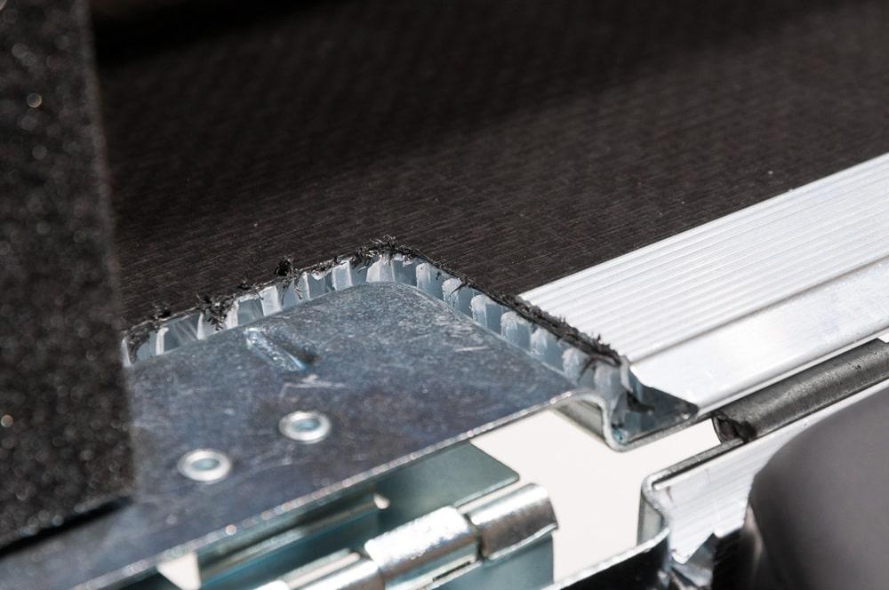 An den Schnittkanten wird das alternative Material sichtbar und die Nieten fassen in den Waben