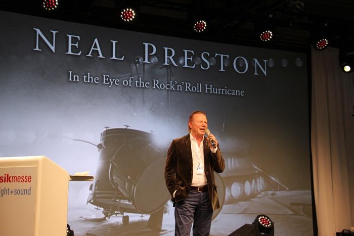 Ralph Wezorke eröffnet die Neal Preston-Ausstellung