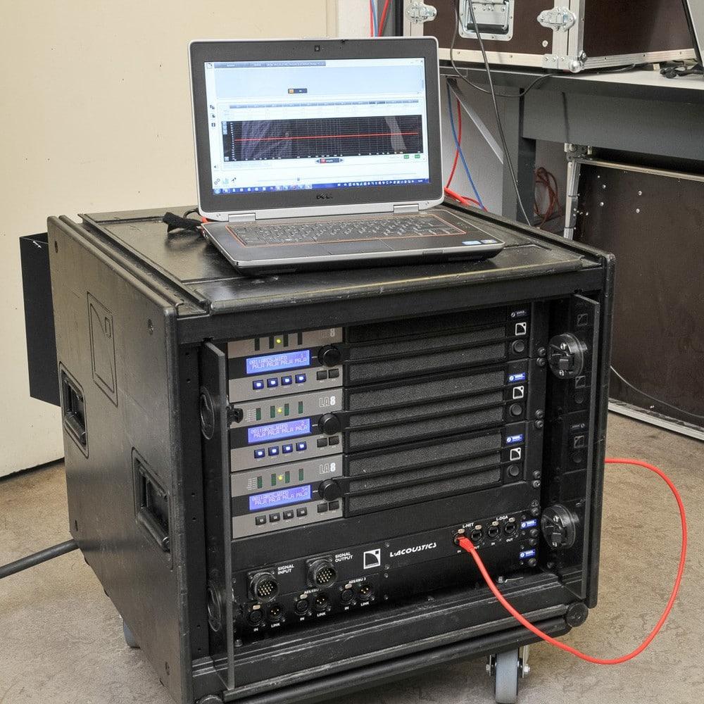 Amprack mit drei Vierkanal-Endstufen LA8 und Network Manager