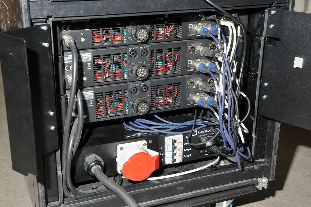 Rückansicht der L-Acoustics Amps