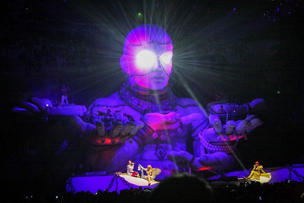 Bühnengestaltung mit übergroßer Skulptur