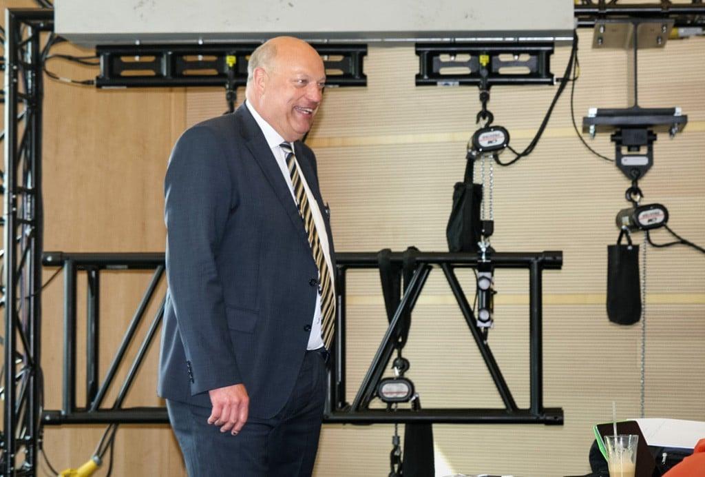 Heiner Betz als wiedergewählter Vorsitzender der Gruppe AG IV (Technik), im Hintergrund ein Demonstrationsaufbau der Firma Rigging Service zur Lastmessung