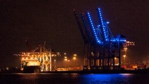 Blau beleuchtetes Container Terminal