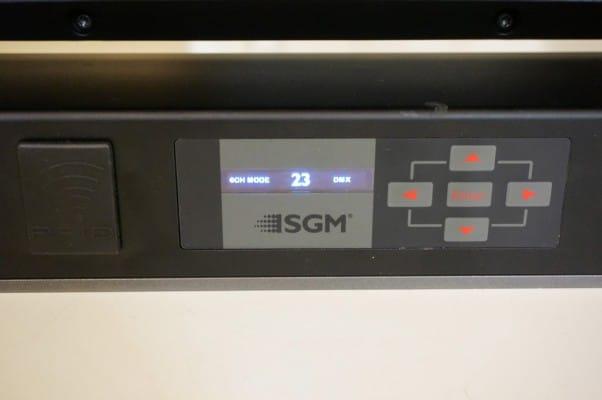 Das Display zeigt im Home-Screen Modus, DMX-Adresse und Datenprotokoll – links im Bild der RFID-Transponder für Setup und Datenerfassung