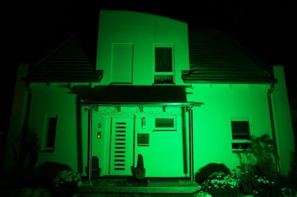 Der Output überzeugt speziell im Bereich farbiger Illuminationen – und das bei einer maximalen Leistungsaufnahme von knapp über 400 W und einem Gewicht von lediglich 9 kg