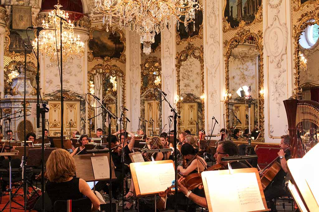 Ballsaal mit Orchester