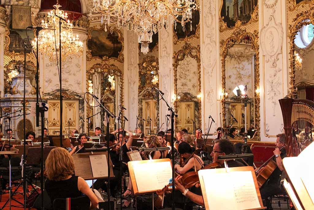 Ballsaal mit Orchester