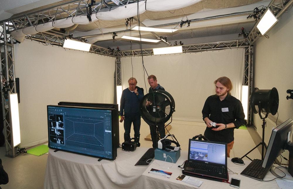 Immersive Nutzererfahrung auf einer Planke im 3D-Labor