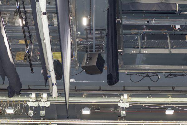 Auch die d&b C4 auf der Bühne sind in das SpatialSound Wave System eingebunden