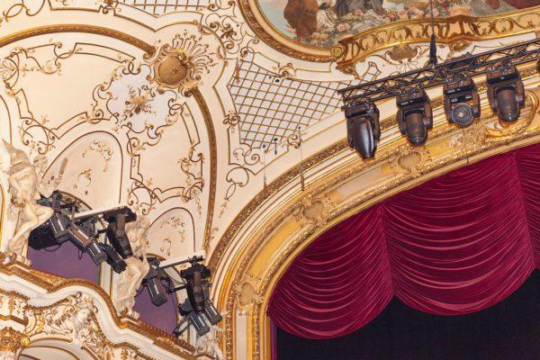 Hängepunkte für das Line-Array und eines der beiden Schoeps-Mikrofone über der Bühne