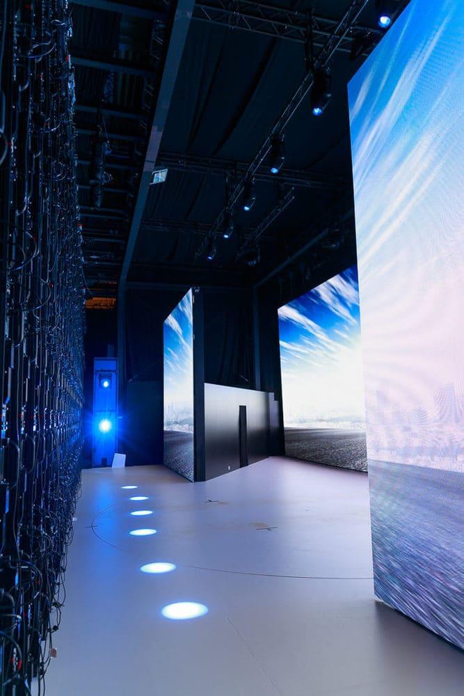 Drei LED-Wand-Ebenen und die Drehbühne