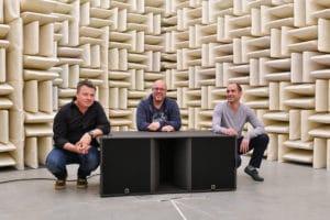 Gruppenfoto mit Subwoofer: Der L-Acoustics KS28 mit Martin Rode, Genio Kronauer und Christophe Combet (v.l.n.r)
