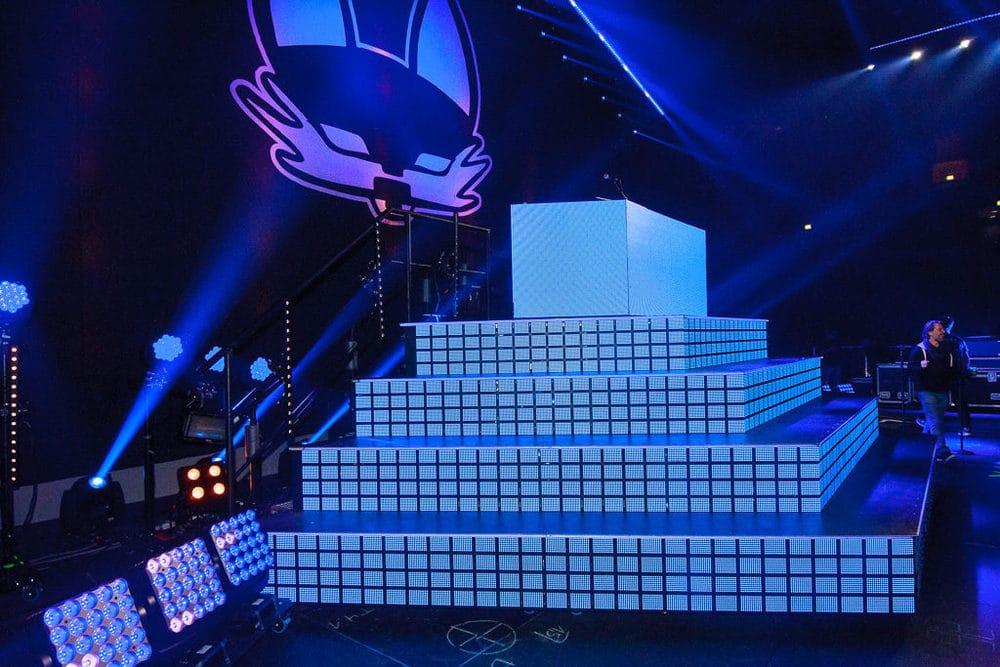 Zentrales Bühnenelement aus Barco OLED-Kacheln