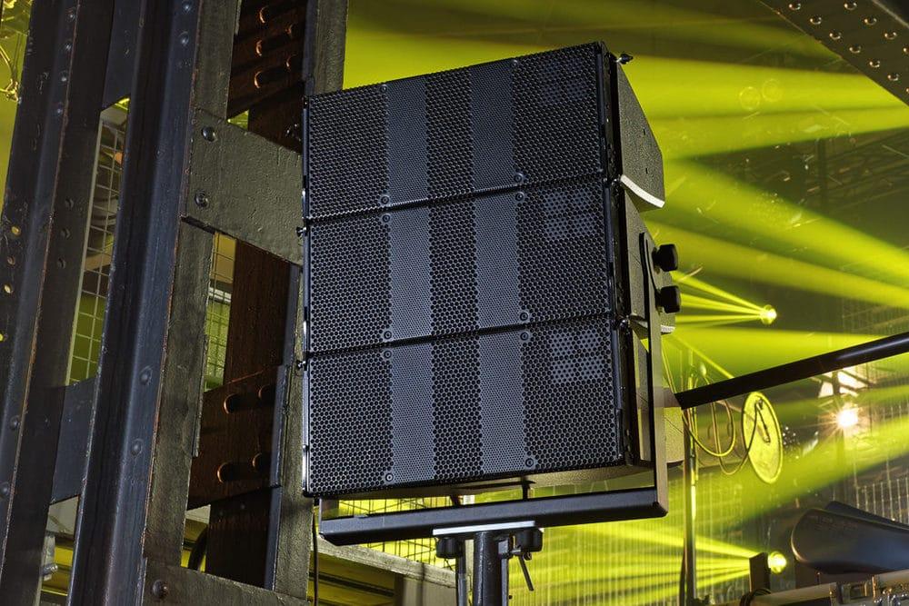 d&b T10 an Cluster-Bügeln