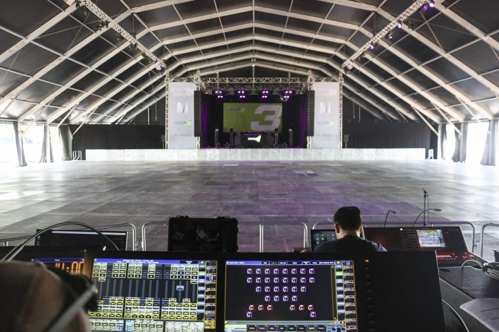 Das größte Zelt der temporären Party-Zeltstadt am Münchner Flughafen von Innen