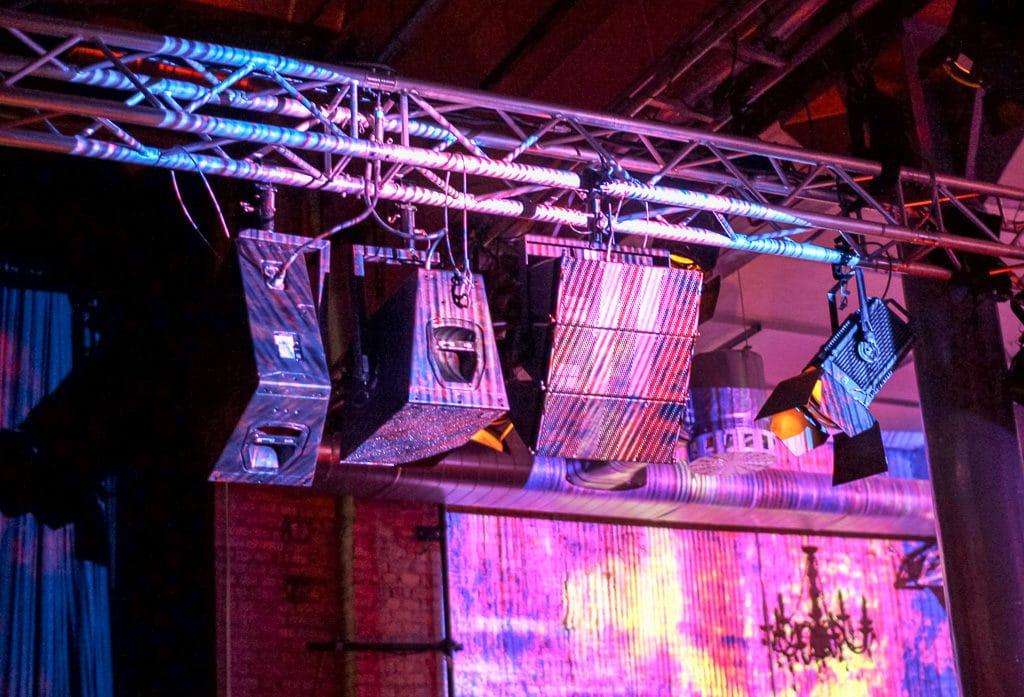 Traverse in der Raummitte mit Lautsprechern
