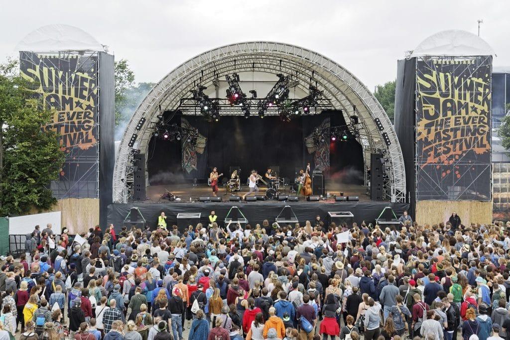 Green Stage beruht auf dem TÜV-geprüften Megaforce-Modell RBB SB62, auf dem Summerjam Festival wird die Bühne als Besonderheit von zwei rundum mit Bannern verkleideten Türmen flankiert