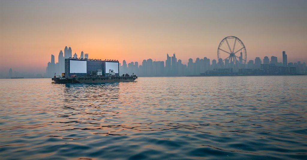 Schwimmende LKW- Präsentation in den Vereinigten Arabischen Emiraten vor dem Dubai Eye.