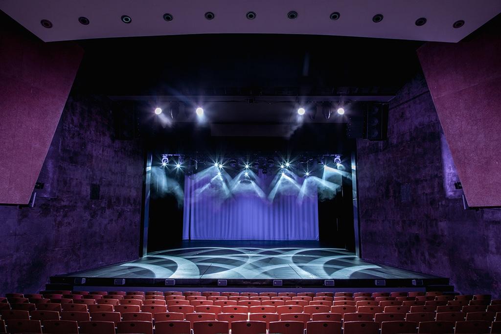 Blick vom Zuschauersaal auf die Bühne des Theaters Vanemuine
