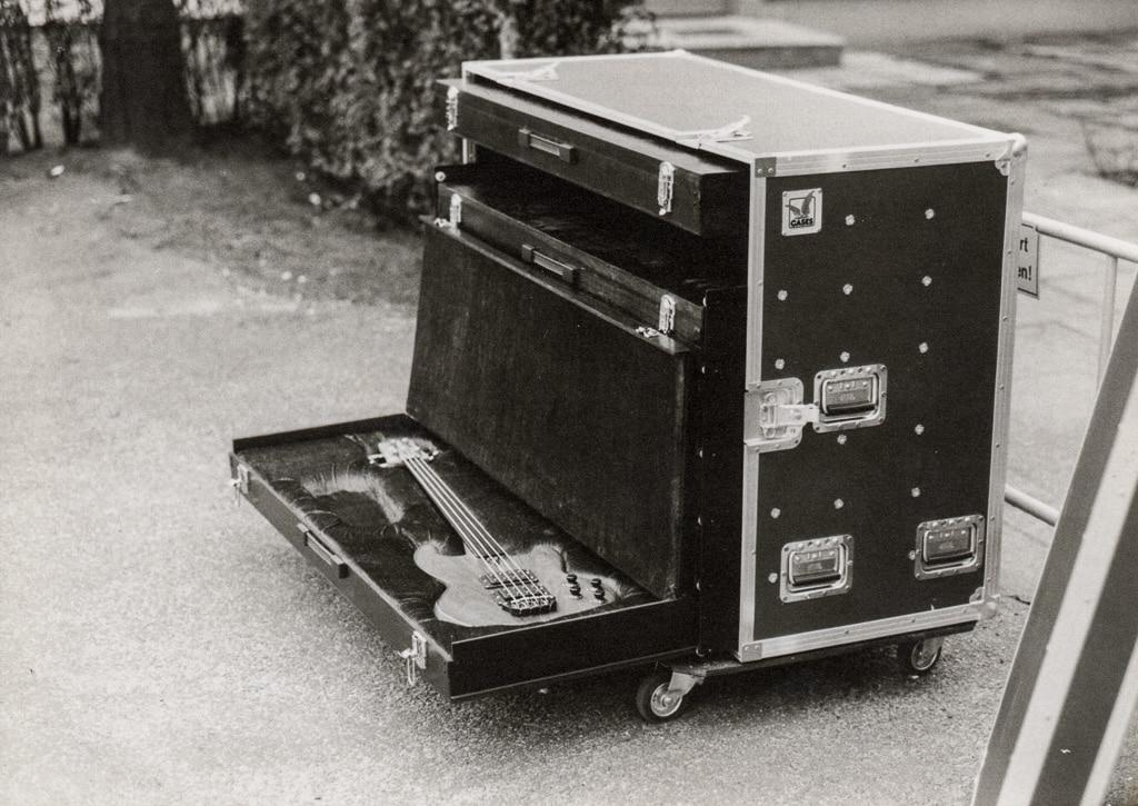 Ein Case von Amptown mit einem E-Bass