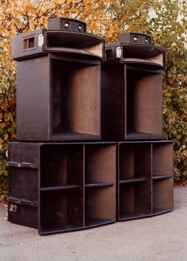 aufgetürmte Lautsprecherboxen aus den Anfängen der Amptown Cases-Firmengeschichte