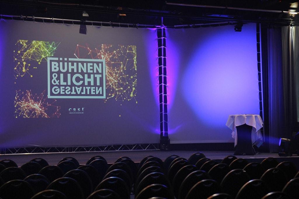 Blick auf die Bühne beim Netzwerk-Event Bühnen und Licht Gestalten von Cast