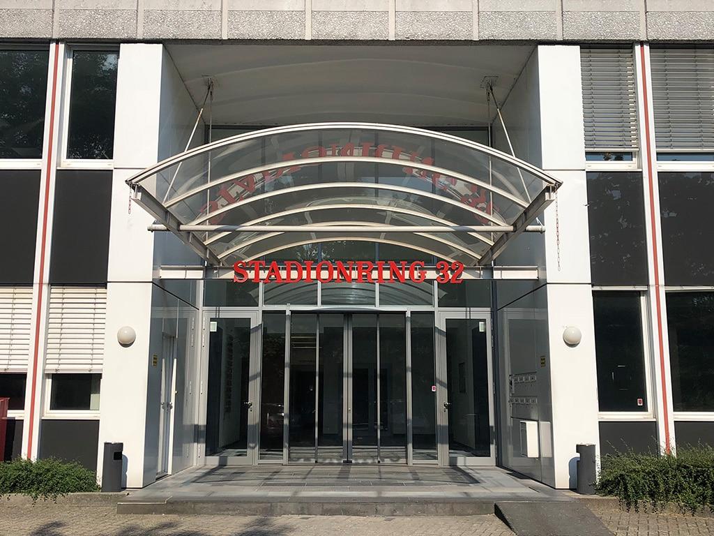 Eingang der Neumann&Müller-Niederlassung in Düsseldorf am Stadionring