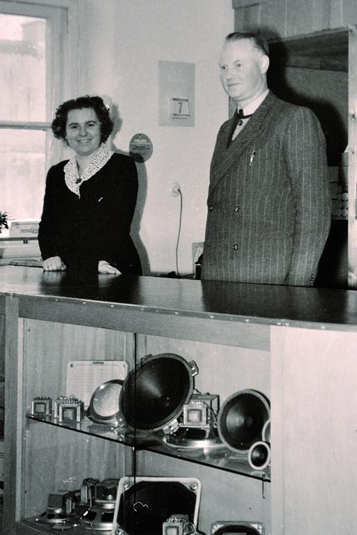 oben: 1953 Hermann Adam mit Ehefrau im Münchner Ladengeschäft; unten: in der Vitrine liegt ein Isophon-Lautsprecher