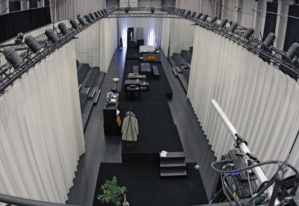 Blick von oben auf die Bühne und den Traversenrahmen beim Musiktheater Wir aus Glas