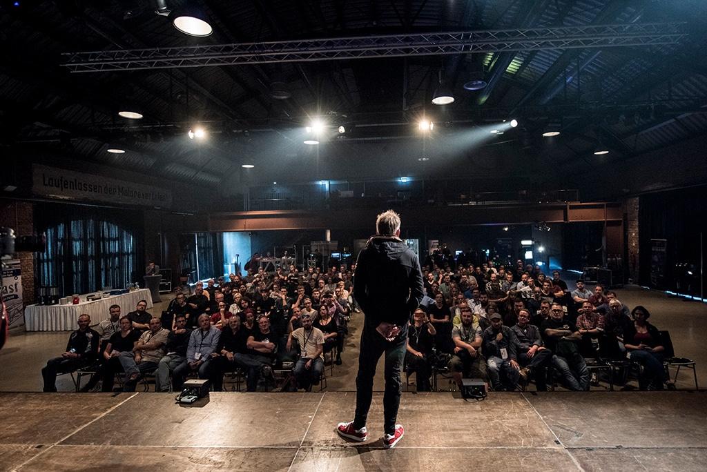 Blick von der Bühne ins Publikum. Auf der Bühne: Matt Finke