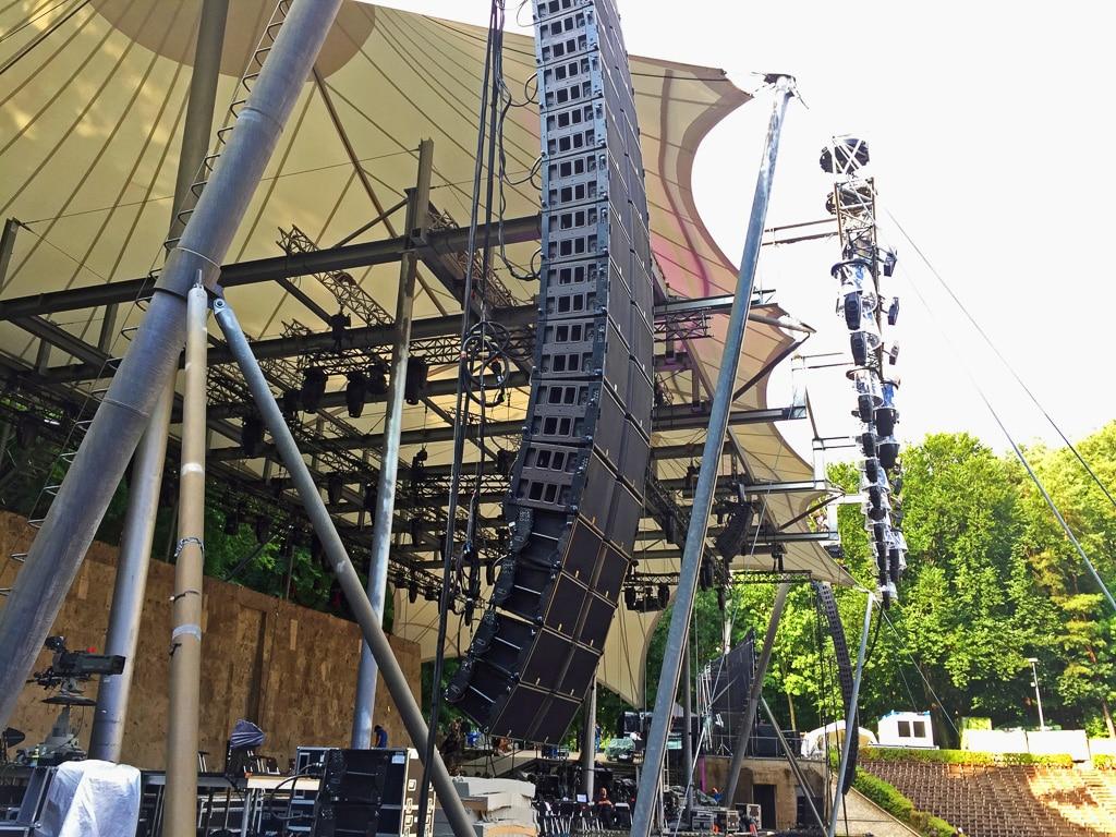 Linke Bühnenseite mit L-Acousitcs K1 und K2