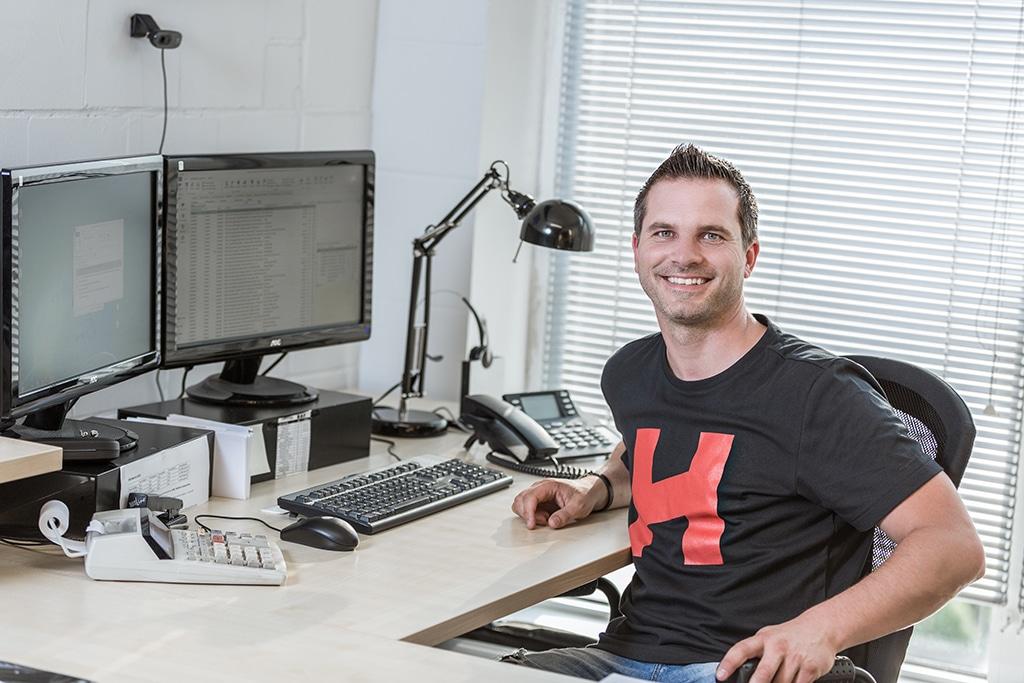 Dennis Klostermann, Sales Manager bei HOF Alutec, an seinem Schreibtisch