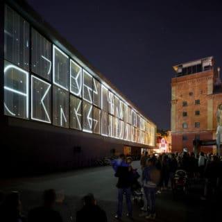 Projection Mapping am der Front der Universitätsbibliothek der Bauhaus-Uni Weimar