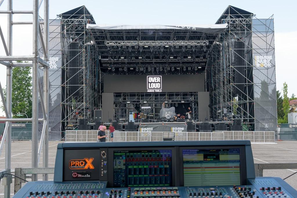 VIO L212 seitlich der Bühne