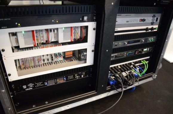 Das SPS-System des Adunas Inspizientensystems besteht aus industriellen Komponenten des Herstellers Beckhoff. Diese sowie eine moderne Netzwerkarchitektur wurde am Beispiel eines Technik-Racks demonstriert mit Produkten von BroaMan, Odin von RTS Intercoms und Yamaha.