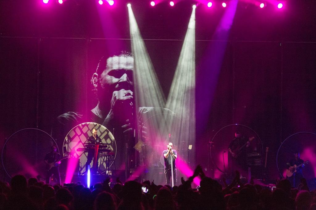 Blick auf die Bühne bei der Rea Garvey Neon-Tour 2018