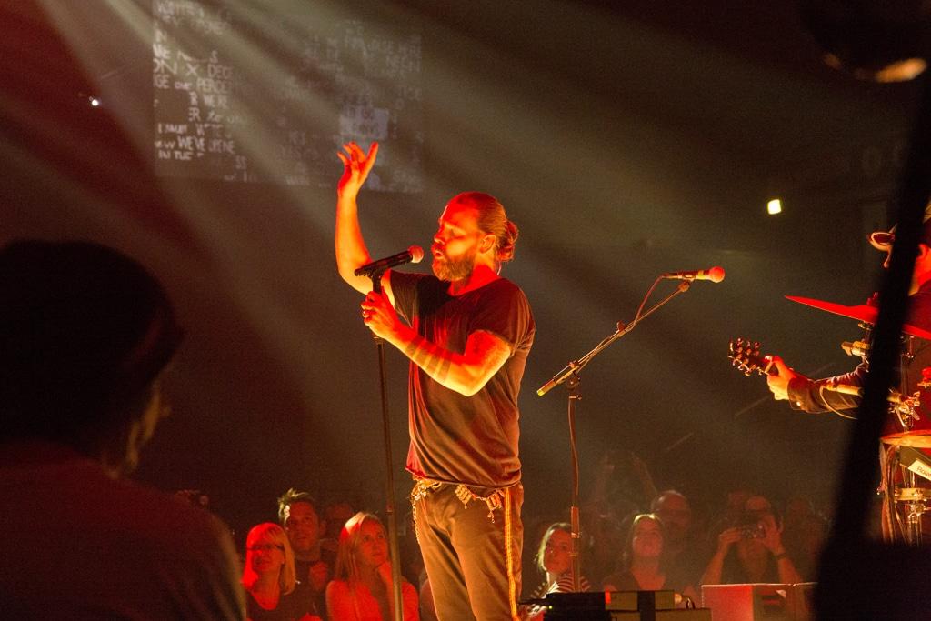 reduziertes Lichtdesign während des Auftritts von Rea Garvey auf der B-Stage