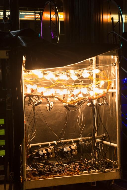 Blindlast-Rack mit Glühbirnen hinter der Bühne