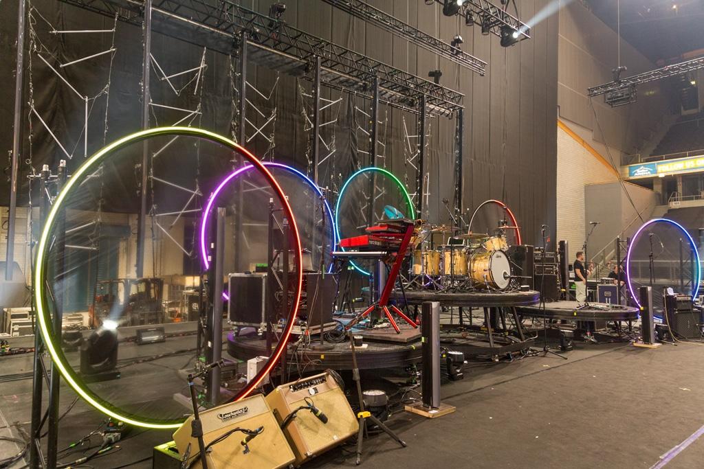 LED-Kreise hinter den Bandmusiker-Podesten