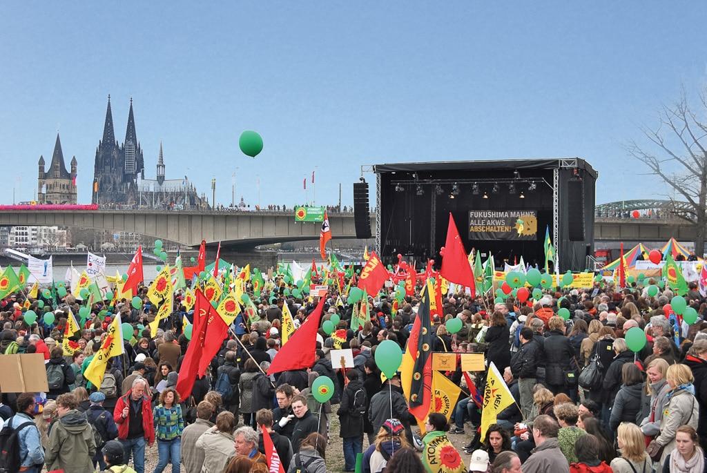 Trailerbühne am Rhein mit Kölner Dom im Hintergrund