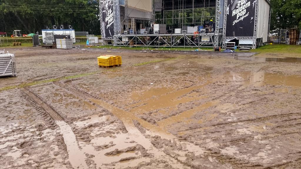 Matschiger Boden eines Festivalgeländes