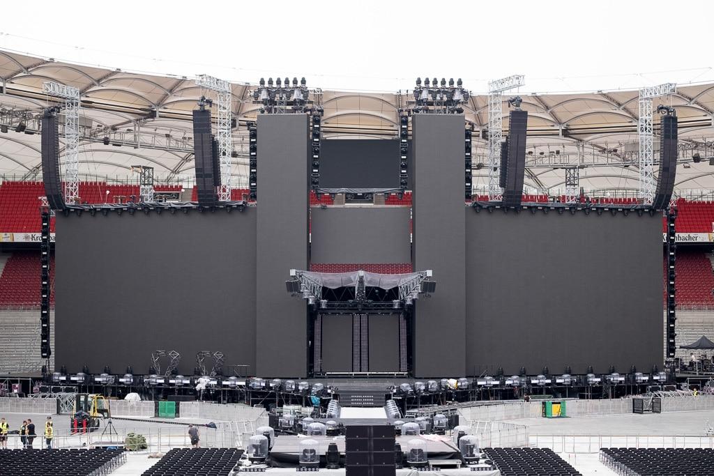 große Bildflächen um eine temporäre Bühnenkonstruktion beim Aufbau