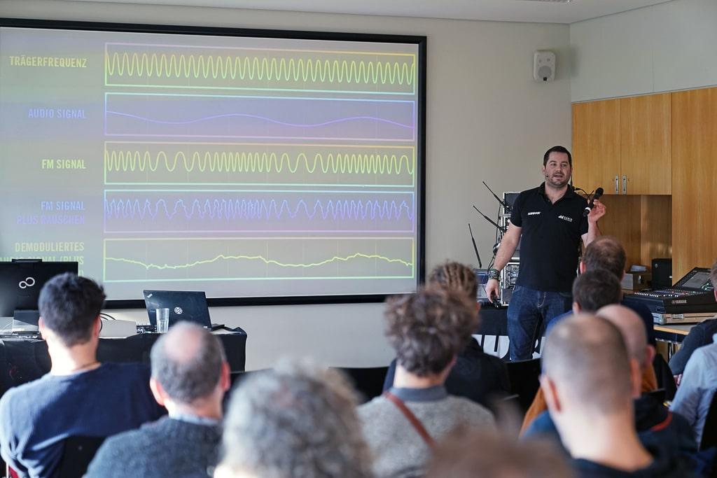 Marcel Krepp von Shure referiert über digitale Funkstrecken